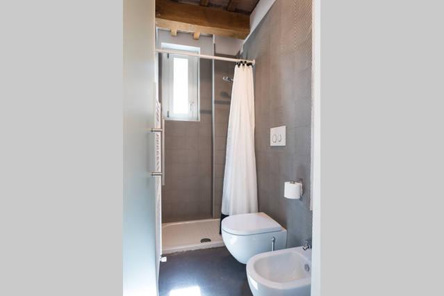 ensuite bathroom/ bagno interno al piano terra